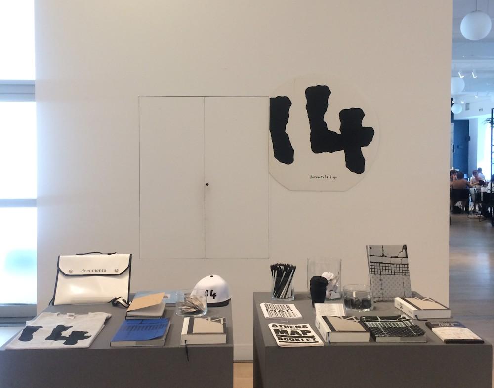 Merchandise der documenta 14 im Shop des Benaki Museum