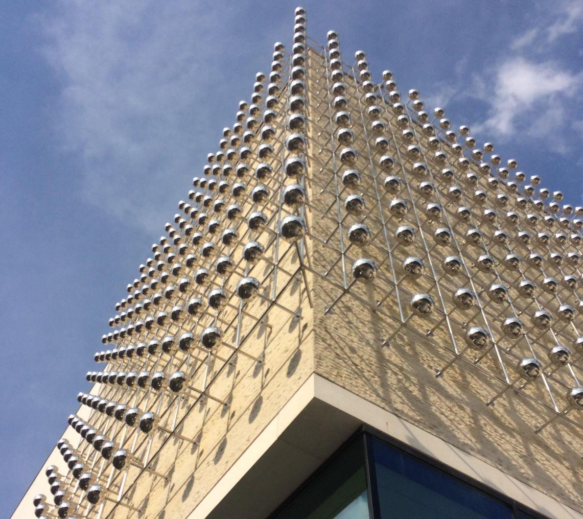"Otto Piene ""Silberne Frequenz"" an der Fassade des LWL Museums"